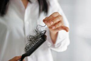 на расческе остается много волос